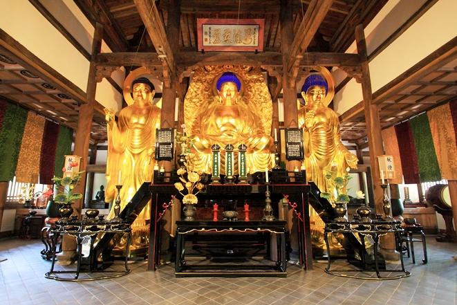 新しくなった仏殿と三世仏